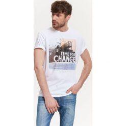 T-shirty męskie: T-SHIRT MĘSKI Z BOCZNYMI ROZCIĘCIAMI I NADRUKIEM
