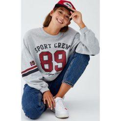 Bluza college z numerem. Niebieskie bluzy damskie marki Pull&Bear. Za 89,90 zł.