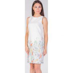 Sukienki balowe: Biała sukienka z delikatnym printem QUIOSQUE