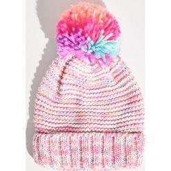 Kolorowa czapka z pomponem - Wielobarwn. Różowe czapki damskie Sinsay, w kolorowe wzory. Za 24,99 zł.