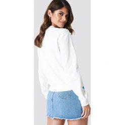 Bluzy rozpinane damskie: Andrea Hedenstedt x NA-KD Bluza z perłami na rękawie - White