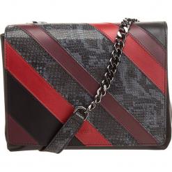 Skórzana torebka w kolorze czarno-czerwonym - 24 x 19 x 10 cm. Czarne torebki klasyczne damskie BREE, w paski, z materiału. W wyprzedaży za 818,95 zł.