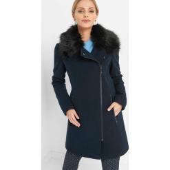 Płaszcz ze sztucznym futerkiem. Niebieskie płaszcze damskie pastelowe Orsay, z elastanu. Za 239,99 zł.