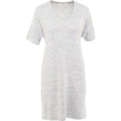 Rag & bone ROSALIN DRESS Sukienka dzianinowa light grey. Szare sukienki dzianinowe marki rag & bone, l. W wyprzedaży za 351,60 zł.