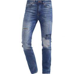New Look Jeansy Slim Fit blue. Czarne jeansy męskie relaxed fit marki New Look, z materiału, na obcasie. W wyprzedaży za 141,75 zł.