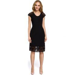 Sukienka z koronkowymi rękawami moe273. Czarne sukienki koktajlowe marki Moe, xl, w koronkowe wzory, z koronki, z dekoltem w serek, proste. Za 119,90 zł.