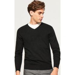Sweter z dekoltem w serek - Czarny. Czarne swetry klasyczne męskie marki Reserved, l, z dekoltem w serek. Za 99,99 zł.