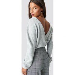 Swetry klasyczne damskie: NA-KD Trend Dzianinowy sweter z kopertowym tyłem - Grey