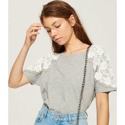 T-shirt z aplikacją na rękawach - Jasny szar. Szare t-shirty damskie marki Sinsay, l, z aplikacjami. W wyprzedaży za 19,99 zł.