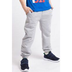 Spodnie dresowe dla dużych chłopców JSPMD201 - jasny szary melanż. Szare spodnie chłopięce 4F JUNIOR, na lato, melanż, z bawełny. Za 59,99 zł.