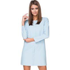 Błękitna Sukienka Elegancka z Plisą na Przodzie. Niebieskie sukienki balowe Molly.pl, na co dzień, l, z elastanu, z klasycznym kołnierzykiem, plus size, oversize. Za 139,90 zł.
