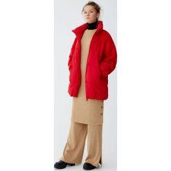 Pikowany płaszcz z rękawem raglanowym. Czerwone płaszcze damskie marki Pull&Bear. Za 299,00 zł.