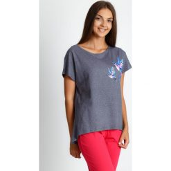Szaro-koralowa trzyczęściowa piżama QUIOSQUE. Czarne piżamy damskie marki QUIOSQUE, na imprezę, z dzianiny, z kopertowym dekoltem, mini, dopasowane. Za 119,99 zł.