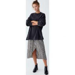 Gładka bluza z overlockiem. Szare bluzy rozpinane damskie Pull&Bear. Za 99,90 zł.