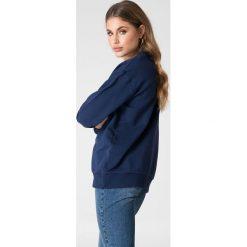 NA-KD Basic Bluza basic z dekoltem V - Navy. Różowe bluzy damskie marki NA-KD Basic, prążkowane. W wyprzedaży za 50,48 zł.