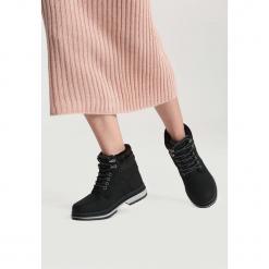 Czarne Traperki Strong Ties. Czarne buty zimowe damskie vices, z materiału, z okrągłym noskiem, na płaskiej podeszwie. Za 99,99 zł.