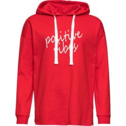 Bluza z kapturem bonprix truskawkowo-biały. Czerwone bluzy z kapturem damskie bonprix, z nadrukiem. Za 89,99 zł.