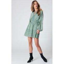 NA-KD Boho Koronkowa sukienka ze sznurowaniem - Green. Niebieskie sukienki boho marki NA-KD Boho, na imprezę, w koronkowe wzory, z koronki, na ramiączkach, mini. Za 283,95 zł.