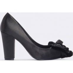 Buty ślubne damskie: NA-KD Shoes Satynowe czółenka z kokardą - Black