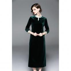 Sukienka w kolorze zielonym. Zielone sukienki na komunię marki Zeraco, z dekoltem na plecach, midi, proste. W wyprzedaży za 339,95 zł.