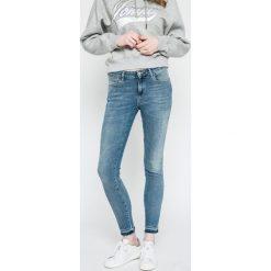 Wrangler - Jeansy. Szare jeansy damskie marki Wrangler, na co dzień, m, z nadrukiem, casualowe, z okrągłym kołnierzem, mini, proste. W wyprzedaży za 219,90 zł.