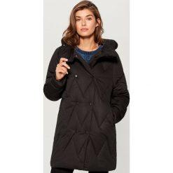 Długa kurtka typu puffa - Czarny. Czarne kurtki damskie Mohito. Za 249,99 zł.