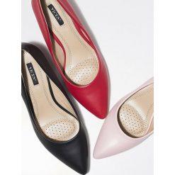 Czarne Czółenka Wide-Eyed. Czarne buty ślubne damskie Born2be, ze szpiczastym noskiem, na niskim obcasie, na słupku. Za 49,99 zł.