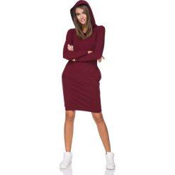 Bordowa Sukienka Dresowa z Kolorowym Kapturem. Czerwone sukienki dresowe marki Molly.pl, na co dzień, l, w kolorowe wzory, z kapturem, oversize. Za 139,90 zł.
