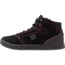 DC Shoes Tenisówki i Trampki wysokie black/red/white. Czarne tenisówki męskie DC Shoes, z materiału. W wyprzedaży za 149,50 zł.