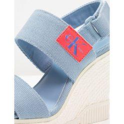 Calvin Klein Jeans LACEY Sandały na obcasie light blue. Niebieskie sandały damskie Calvin Klein Jeans, z jeansu, na obcasie. Za 419,00 zł.