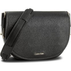 Listonoszki damskie: Torebka CALVIN KLEIN BLACK LABEL - Arch Large Saddle Bag K60K603860  001