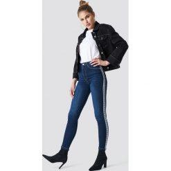 NA-KD Jeansy Skinny High Waist Side Stripe - Blue. Zielone jeansy damskie skinny marki Emilie Briting x NA-KD, l. Za 121,95 zł.