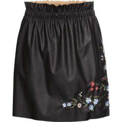 Spódnica ze sztucznej skóry z haftem bonprix czarny. Białe spódniczki skórzane marki QUIOSQUE, s, z haftami, dopasowane. Za 59,99 zł.