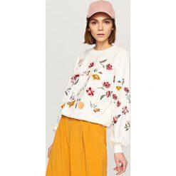 Bluzy damskie: Bluza z wyszywanymi kwiatami – Kremowy