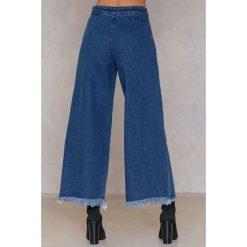 Spodnie z wysokim stanem: Qontrast X NA-KD Szerokie jeansy z surowym wykończeniem - Blue