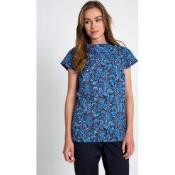 Granatowa bluzka w niebieski wzór QUIOSQUE. Niebieskie bluzki wizytowe QUIOSQUE, z tkaniny, biznesowe, z wykładanym kołnierzem, z krótkim rękawem. W wyprzedaży za 49,99 zł.