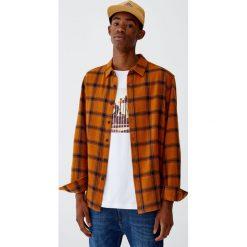 Flanelowa koszula w kratę. Czerwone koszule męskie marki Pull&Bear, m. Za 89,90 zł.