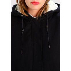 Minimum ACADIA Parka black. Czarne parki damskie Minimum, z bawełny. W wyprzedaży za 341,55 zł.