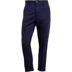 Chinosy męskie: CLOSED ATELIER  Spodnie materiałowe navy