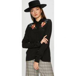 Pepe Jeans - Koszula Dora. Czarne koszule jeansowe damskie Pepe Jeans, l, z haftami, casualowe, z klasycznym kołnierzykiem, z długim rękawem. Za 339,90 zł.