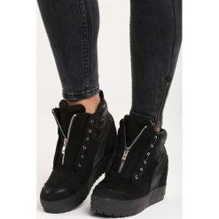 Czarne Sneakersy It's Me. Czarne sneakersy damskie marki Kazar, z lakierowanej skóry. Za 109,99 zł.