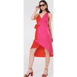 NA-KD Asymetryczna sukienka kopertowa - Pink,Multicolor. Różowe sukienki asymetryczne marki NA-KD, z asymetrycznym kołnierzem, midi. Za 40,95 zł.