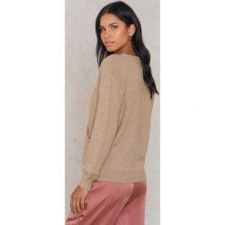 Swetry damskie: NA-KD Sweter z kopertowym dekoltem - Beige