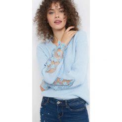 Sweter z ażurem na rękawach. Niebieskie swetry klasyczne damskie marki Orsay, xs, z dzianiny, dekolt w kształcie v. Za 119,99 zł.