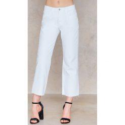 Spodnie z wysokim stanem: NA-KD Trend Jeansy z surowym wykończeniem - White