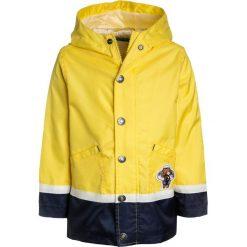 Benetton Kurtka przeciwdeszczowa yellow. Niebieskie kurtki chłopięce przeciwdeszczowe marki Benetton, z bawełny. Za 169,00 zł.