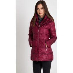 Puchowa bordowa kurtka z wysokim kołnierzem QUIOSQUE. Czerwone kurtki damskie pikowane QUIOSQUE, na zimę, z puchu. W wyprzedaży za 349,99 zł.