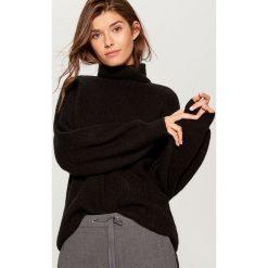 Sweter z golfem - Czarny. Czerwone golfy damskie marki Mohito, z bawełny. Za 129,99 zł.