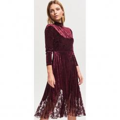 Welurowa sukienka z plisowanym dołem - Fioletowy. Fioletowe sukienki z falbanami marki Reserved, z weluru, plisowane. Za 159,99 zł.