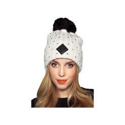 CZAPKA BETTI WHITE. Białe czapki zimowe damskie JUNGMOB, z aplikacjami, z polaru. Za 69,00 zł.